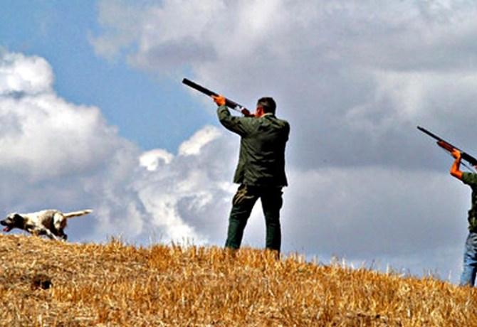 Due cacciatori puntano i fucili al cielo, in una immagine di archivio. ANSA / ETTORE FERRARI
