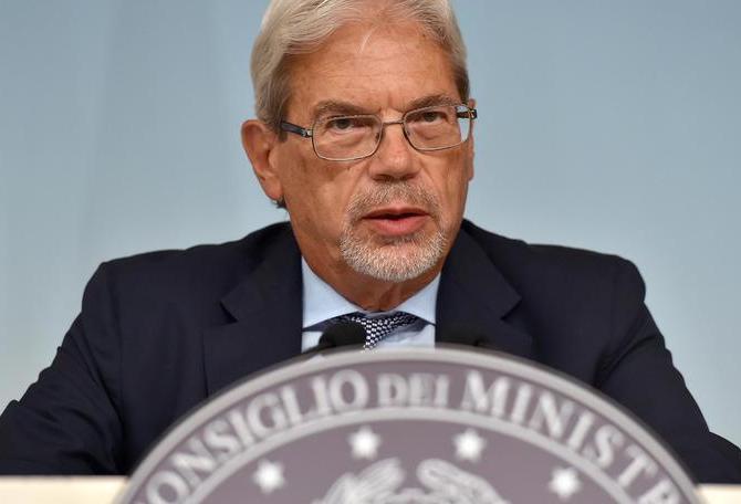 Il sottosegretario alla presidenza del Consiglio Claudio De Vincenti durante la conferenza stampa al termine del Consiglio dei ministri, Roma, 27 agosto 2015.    ANSA/ETTORE FERRARI