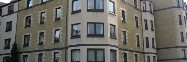 This furnished 3 bed flat is located in West Bryson, close to Haymarket Station