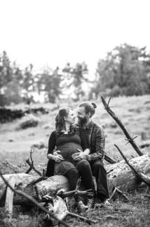 Belly shooting im Wald mit schwangeren Paar.