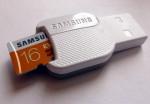 Photo d'un mini adaptateur micro SD vers USB. Une carte de 16 Go dépasse du lecteur de carte micro SD