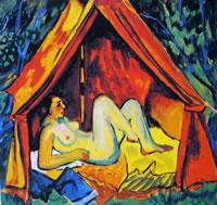 Donna nuda che riposa sotto una tenda rossa