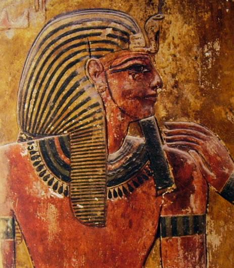 Particolare della decorazione di un pilastro della prima sala con il faraone