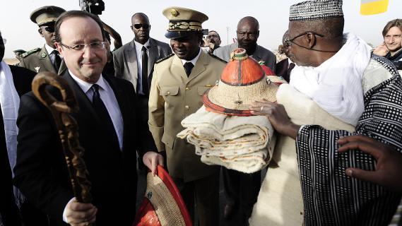 François Hollande reçoit des cadeaux lors de son arrivée le 2 février 2013 à Sévaré (Mali).