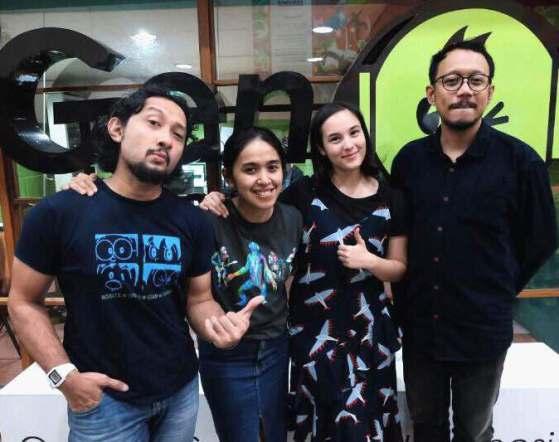 Chelsea Islan (ketiga dari kiri) sebagai Tya