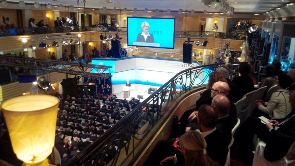 Blick in den Konferenzsaal der Münchner Sicherheitskonferenz bei der Eröffnungsrede von Bundesminsiterin der Verteidigung Ursula von der Leyen