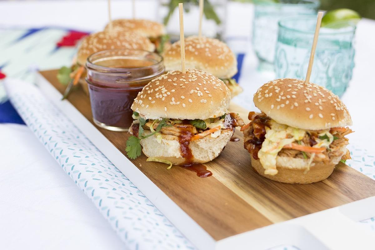 Barbecue Chicken Sliders with Mango Slaw - Freutcake | Freutcake