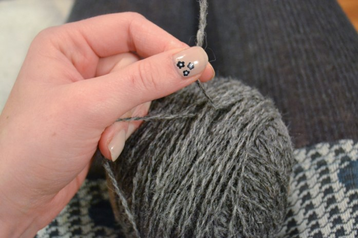 Fastening a yarn end on ball