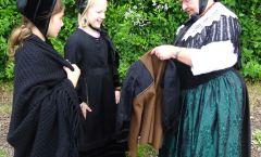 Ulrike Borgmann zeigt den Kindern die Friedewalder Tracht