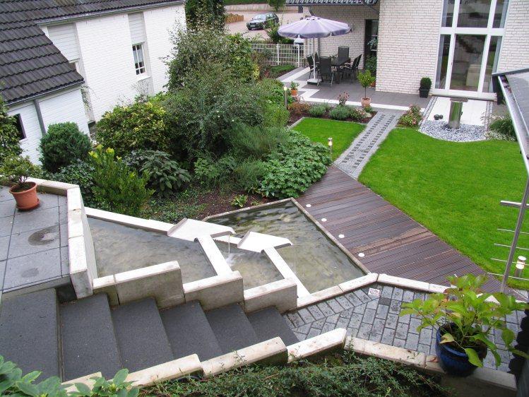 fertiger Garten am Hang mit Wasser-Kaskaden - garten am hang