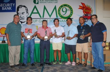 The class A winners of the Amo Cup received their prizes from CCC President Edward Go (left) and Benjo Gothong (right).  The winners are (from left) Olin Seno, Poy Abarintos, Daniel Yap, Jufil Sato, and Gerry Catindoy.