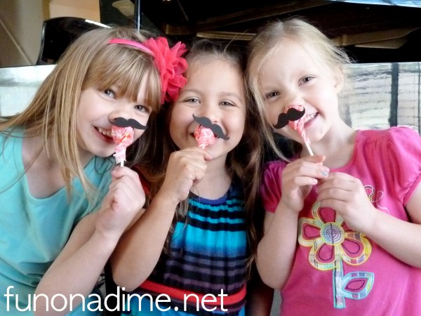 Mustache Valentine's Day Treats - cute and super easy cards for the kiddos. These were a huge hit with both of my kiddo's classrooms.