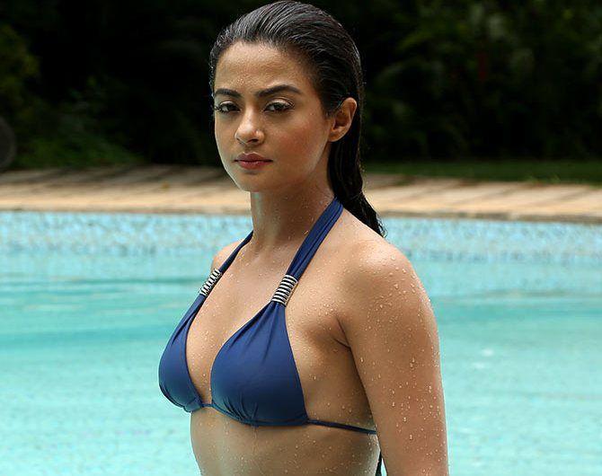 Anurag 3d Wallpaper Actress Surveen Chawla Images Hot Bikini Wallpapers In Hd