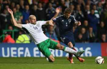 Irlands Mittelfeldspieler Darron Gibson (L) im Kampf mit dem Schotten Shaun Maloney (R)während des Spiels am 14. November 2014 (AFP PHOTO / IAN MACNICOL)