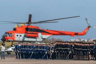 Cadetes del Liceo Aeronáutico Militar y aspirantes de la Escuela de Suboficiales de la Fuerza Aérea participaron de la ceremonia de 2013 con el impresionante marco de un helicóptero Mi-17 de la VII Brigada Aérea (foto: Santiago Cortelezzi).