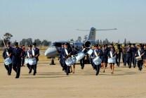 La Banda de Música y Guerra inicia su desplazamiento delante de un Learjet 35A (foto: Área de Material Río Cuarto).