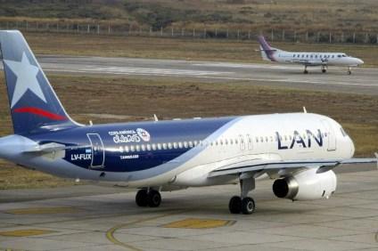 El Boeing 737-200 CC-CVI de Aero Desierto despega de Arturo Merino rumbo a Viña del Mar para trasladar la selección argentina hacia Concepción para la semifinal con Paraguay del 30 de junio (foto: Eduardo Cancino-Román).