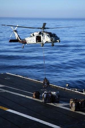 Durante los primeros aprontes del despliegue a Sudamérica, un MH-60S Seahawk del escuadrón HSC-4 despega rumbo al buque logístico USNS Henry J. Kaiser durante una operación de abastecimiento vertical para el USS George Washington ejecutada el 12 de septiembre (foto: U.S. Navy / Mass Communication Specialist 3rd Class Jonathan N. Price).