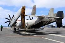 Inspección post-vuelo del C-2A que transportó visitas panameñas hasta el portaaviones el 24 de septiembre (foto: Embajada de EE.UU. en Panamá).