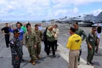 El teniente Alex Díaz (USN) expone en castellano ante varios de las 14 visitas distinguidas que abordaron el USS George Washington a su paso por Panama (foto: Embajada de EE.UU. en Panamá).