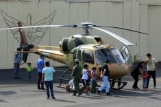 """El HB355B H-271 """"Cerro Manquehue"""" rodeado de civiles que asistieron a la jornada de puertas abiertas de Rancagua (foto: Carlos Ay)."""