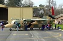 """El C-212 231 """"Volcán Llullaillaco"""" visitado por los asistentes a las puertas abiertas del BAVE (foto: Carlos Ay)."""