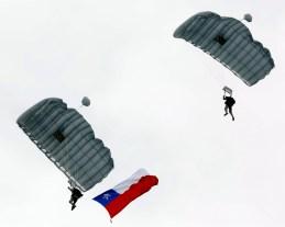 Paracaidistas del Batallón Pelantaru aterrizando en la elipse del Parque O'Higgins durante la revista preparatoria del miércoles 16 (foto: Ministerio de Defensa Nacional de Chile).