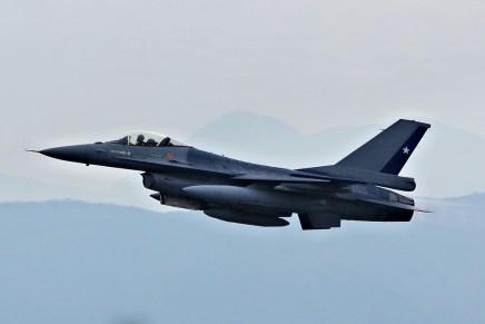Luciendo las nuevas y discretas marcas del Grupo 7, el F-16A 749 despega de Pudahuel para la parada militar (foto: Álvaro Peña Solís).