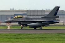 Luciendo las nuevas y discretas marcas del Grupo 7, el F-16A 755 carretea por la pista 17L de Pudahuel previo a la parada militar (foto: Luis Quintana).
