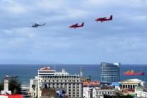 Representando al Grupo 6, dos Twin Otters y un Bell 412 sobrevuelan el centro de Punta Areas (foto: Jorge Tima Carrasco).