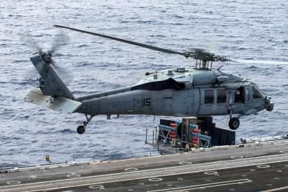 Un MH-60S Seahawk del escuadrón HSC-4 decolando del USS George Washington (foto: U.S. Navy / Mass Communication Specialist 3rd Class Jonathan Nelson).