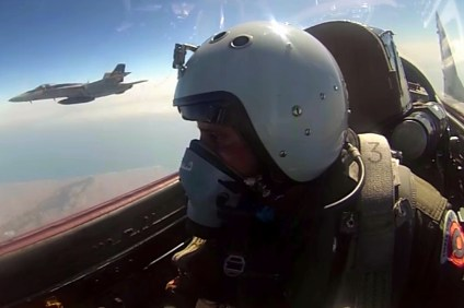 """Dos exponentes de las tecnologías militares más avanzadas del mundo. En primer plano, un piloto peruano (apelativo """"Tiburón"""") piloteando su MiG-29SPM. En segundo plano, un F/A-18E del escuadrón VFA-192 Blue Dragons norteamericano (captura video Fuerza Aérea Peruana)."""