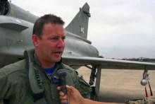 El comandante Alexander Arbulú Martínez comentando al canal de video de la Fuerza Aérea Peruana sobre las experiencias recogidas en el ejercicio Bilat 2015. A sus espaldas, el Mirage 2000DP 195 que participó en ese entrenamiento (captura video Fuerza Aérea Peruana).