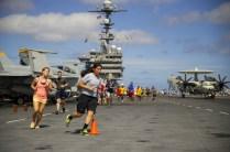 Tripulantes del USS George Washington participaron el 17 de septiembre en una corrida 5K en la cubierta del portaaviones, lo que estimamos implica dar unas 15 a 30 vueltas alrededor de las interesantes aeronaves que se apreciando en segundo plano (foto: U.S. Navy / Mass Communication Specialist 3rd Class Bryan Mai).