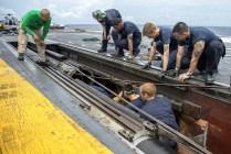 Mecánicos realizando tareas de mantenimiento en una de las catapultas del USS George Washington el 18 de septiembre (foto: U.S. Navy / Mass Communication Specialist Seaman Clemente A. Lynch).