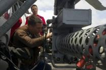 El aprendiz de armero Justin Capell coloca los seguros en el cañón M197 calibre 20 mm en un MH-60S Sea Hawk del escuadrón HSC-4 en la cubierta del USS George Washington (foto: U.S. Navy / Mass Communication Specialist 3rd Class Bryan Mai).