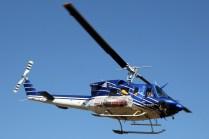 Con su carga y pasaje debidamente asegurados, el Bell 212 se aleja del Cerro Apoquindo rumbo a la costa (foto: Carlos Ay).