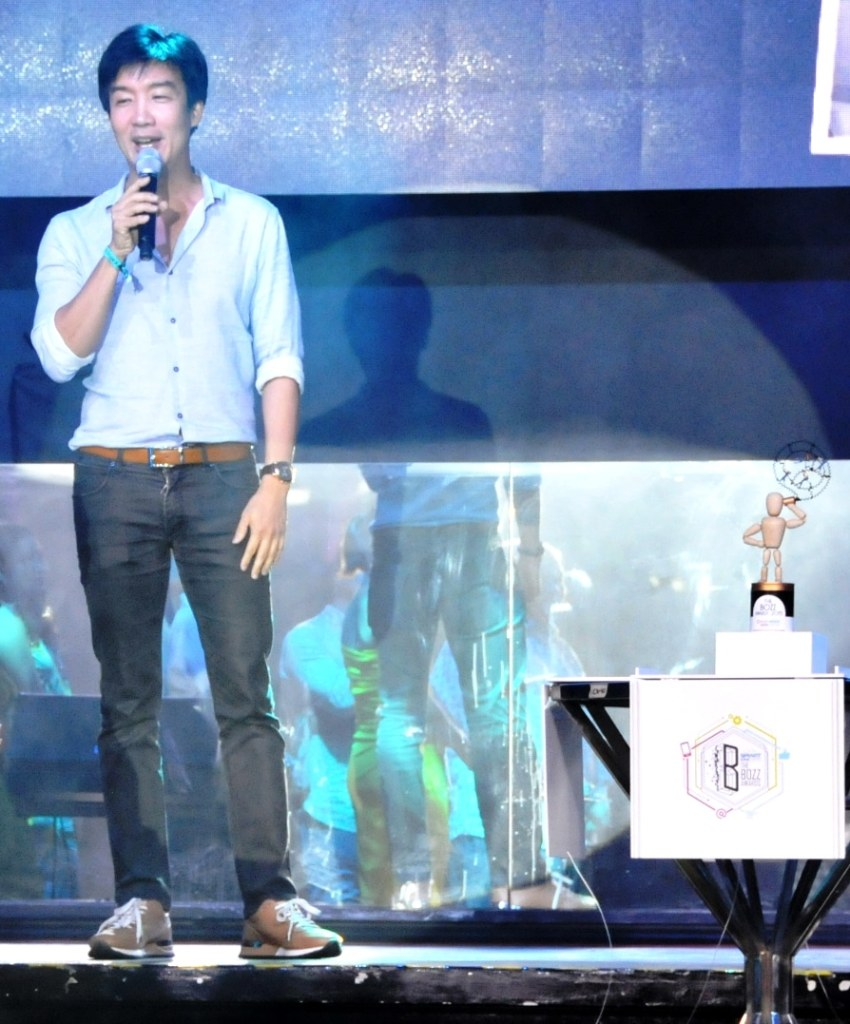 Multi-awarded design genius Kenneth Cobonpue designed the Bozz trophy depicting a man calling using a tin can.