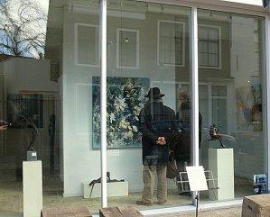 Galerie T etalage met bezoekers