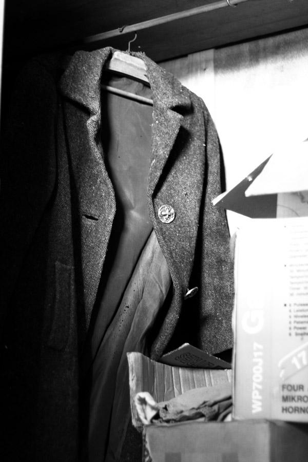 manteau masculin au fond de l'armoire du grenier