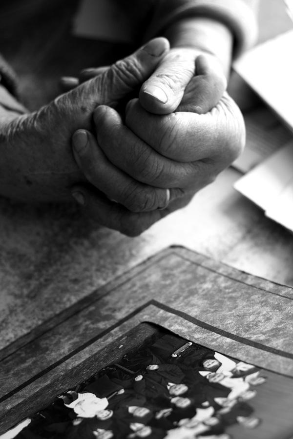 mains de mamy colette sur photo de famille