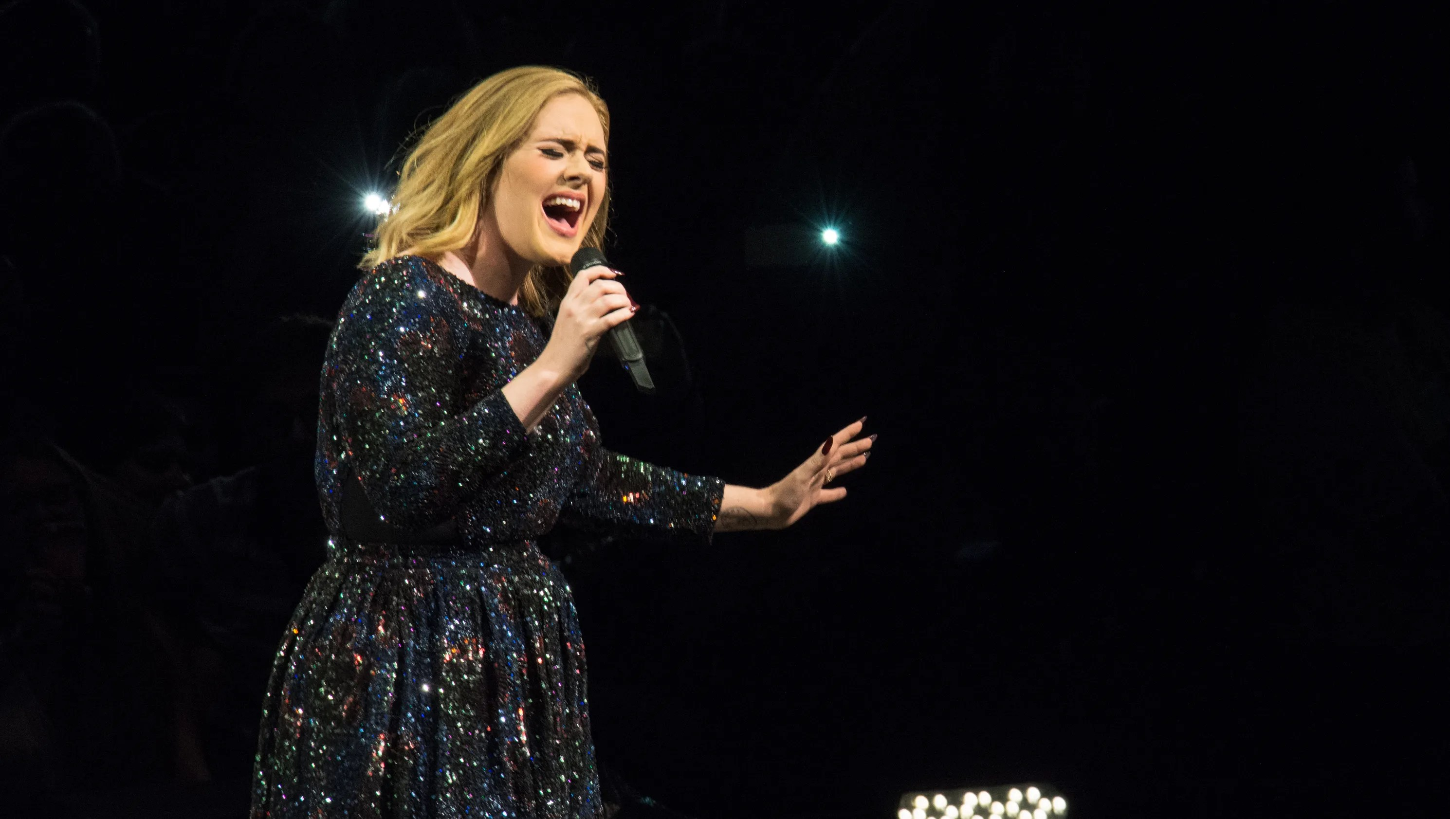 Lisbon Wallpaper Hd Adele Roasts A Fan For Filming Her Concert With A Tripod