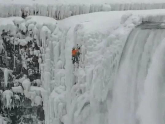 Niagara Falls Moving Wallpaper Ice Climber Scales Frozen Niagara Falls