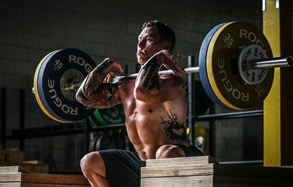 Le renforcement musculaire et les exercices d'isolation en functional training pour prévenir les blessures, augmenter ses performances, améliorer sa mobilité, et prendre de la masse musculaire. L'intérêt du travail de renforcement musculaire spécifique, et comment l'intégrer en pratique.