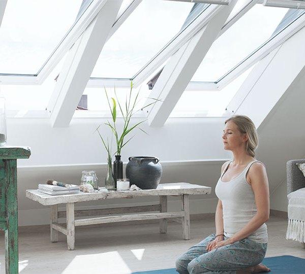 Velux finestre per tetti manuali con apertura dall 39 alto for Finestre velux doppia apertura