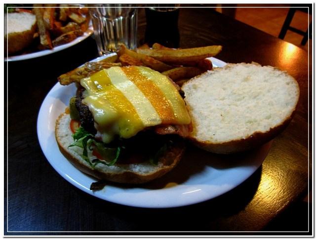 המבורגר ביומנגוס עם גבינת צ'דר פייב