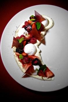 Merengues, crema, frutos:  La pavlova versión La Capital