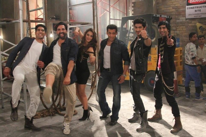 salman-khan-akshay-kumar-during-film-fugly-title-song-shoot_139391584700