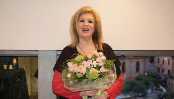 Iva Zanicchi inaugura l'esposizione dedicata alla canzone italiana femminile degli anni '70
