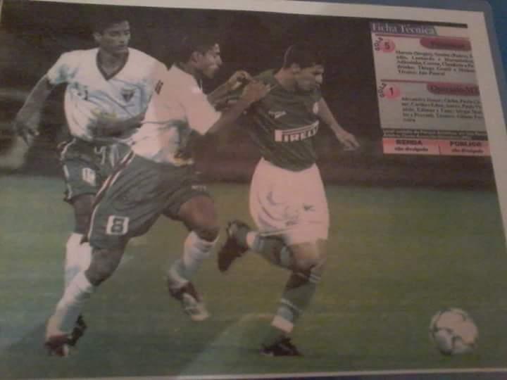 José Alves, o Toni, foi jogador do Operário (MT). Em março de 2003, ele enfrentou o Palmeiras pela Copa do Brasil. Na foto, Alves aparece ao centro, com o calção n.8 e marcando o jogador Pedrinho, do Palmeiras | Reprodução Facebook